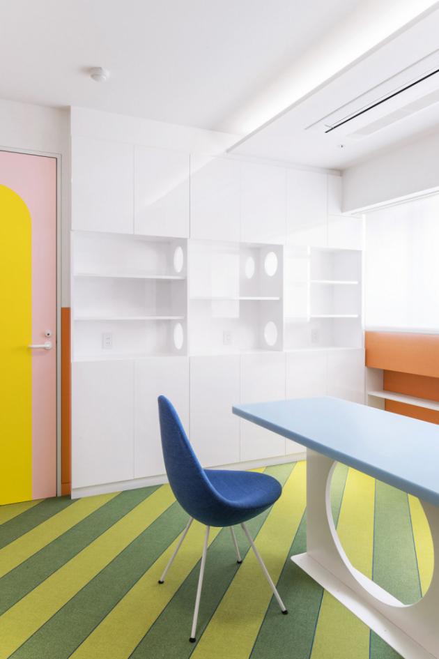 Zelená pruhovaná podlaha odkazuje k předmětu, který nakonec stál celému interiéru modelem – k vodnímu melounu