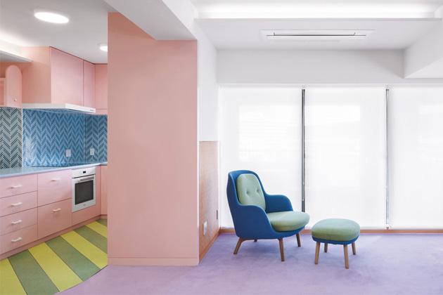 Všudypřítomných zářivých barev bylo dosaženo díky využití kompozitních panelů HI-MACS® z kolekce Lucent
