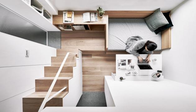 Tam, kde to lze, je vhodné využít prostor do výšky. Vestavěné patro poskytne dostatek místa na spaní i další úložný prostor ukrytý ve schodišti