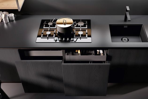 Kuchyňská sestava Kali je vybavena pracovní deskou z materiálu Fenix s povrchovou nanotechnologií, která zajišťuje stabilní povrch a hygienickou nezávadnost