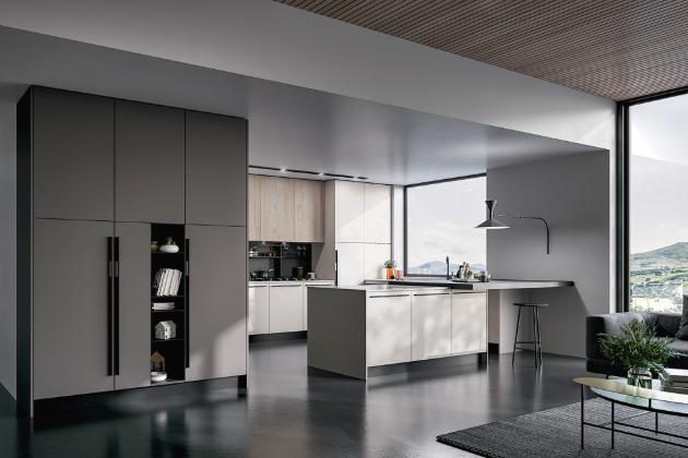 Model kuchyně Round v provedení kombinace materiálu PET s hedvábným povrchem a lamina s efektní strukturou dřeva