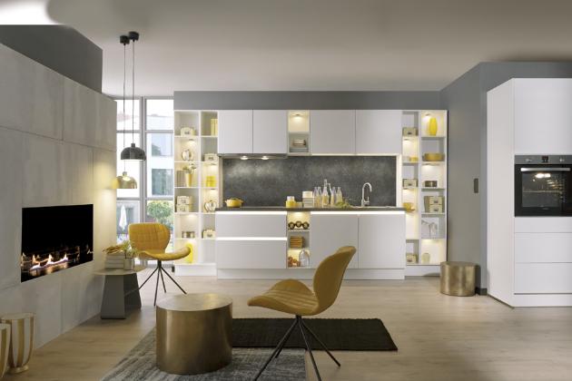 Bílý sametově matný lak kuchyně Velvetia z prémiové třídy Livanza vytváří v interiéru klidnou a pohodovou atmosféru