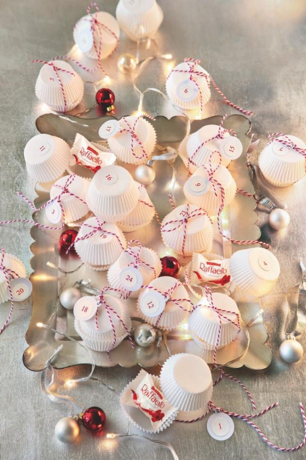 Muffinové košíčky se mohou proměnit i v originální adventní kalendář! Do 24 košíčků dejte drobné dárečky nebo pralinky Raffaello.