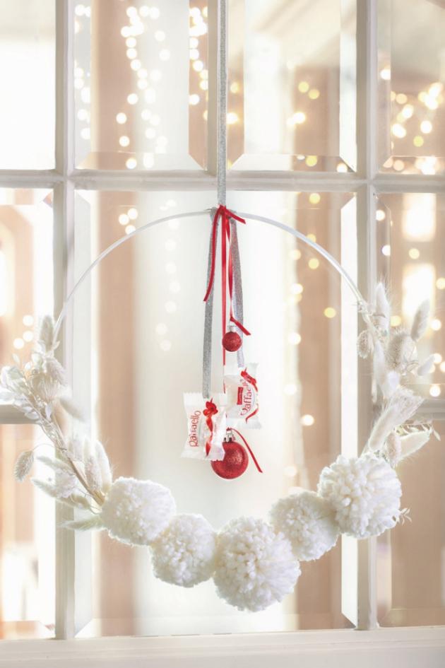 Bílo-stříbrný věnec s hebkými chomáčky z vlny dýchá vánočním klidem na první pohled.