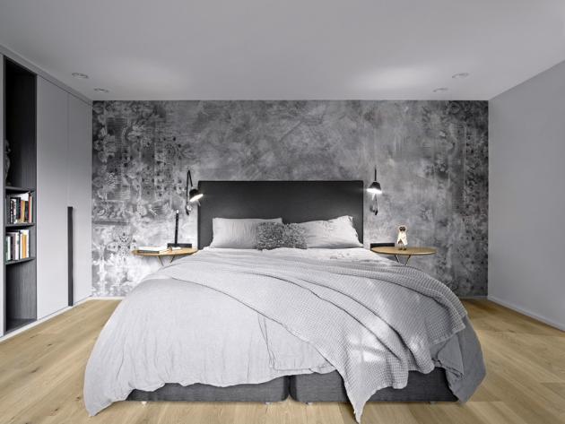 Obytné místnosti intimní zóny mají dřevěné třívrstvé podlahy v dekoru dubu. Stěnu ložnice zdobí tapeta se vzorem, na níž vyniká čalouněné kontinentální lůžko