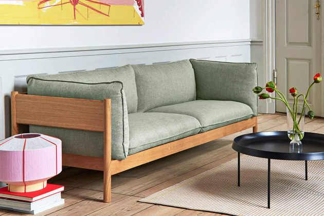 Skandinávská estetika, vysoký komfort audržitelnost jsou vlastnosti, kterými se pyšní pohovka Arbour (Hay).