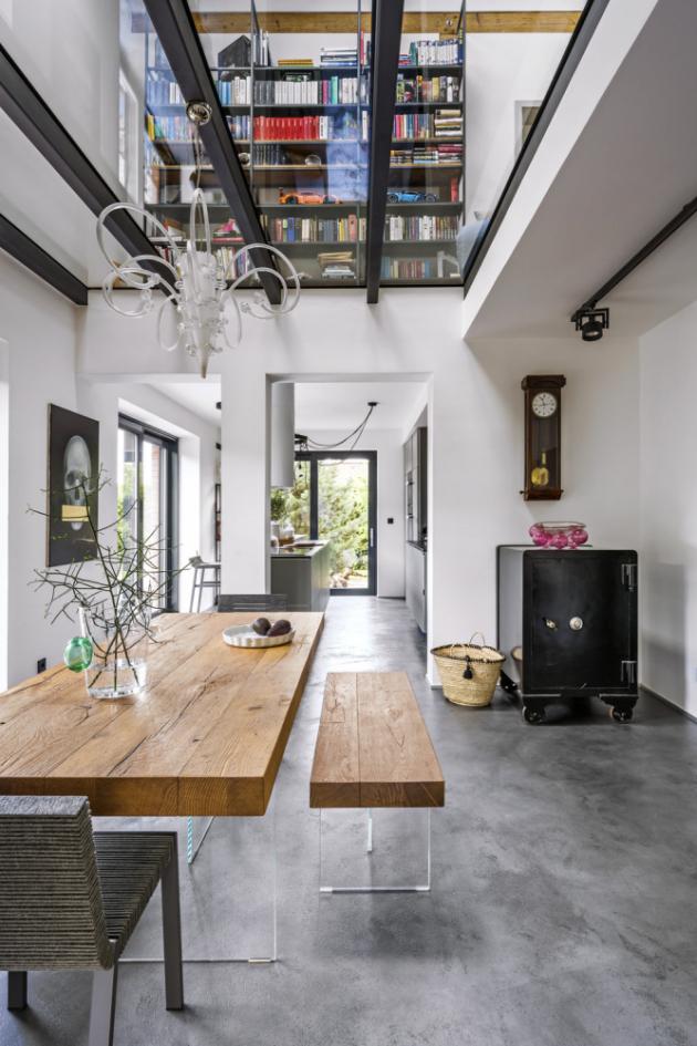 Klasický zděný strop v hlavním obytném prostoru nahradil strop skleněný, který interiér opticky zvětšuje a dodává mu ještě více světla