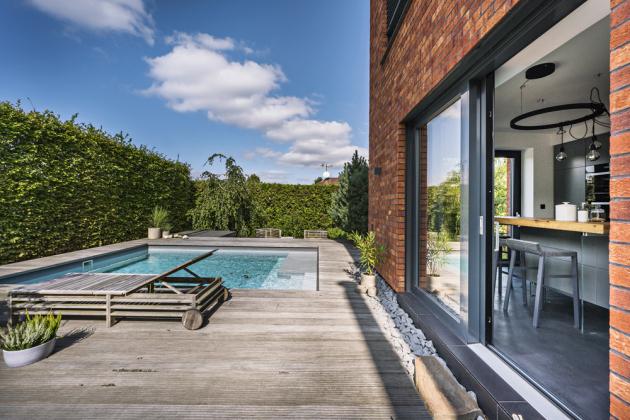 Zahrada u domu poskytuje dostatek místa ke společenským setkáním i ryze samotářské relaxaci u bazénu