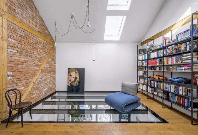 Velkorysý prostor galerie s výhledem do nebe a prostornou knihovnou přímo vybízí ke čtení