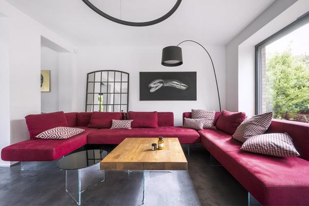 Většina nábytku v interiéru je od italského výrobce Lago, kterého majitelka a zároveň designérka bytu prý doslova miluje... Není divu – kvalitní materiály i jednoduchý a nadčasový, ale vůbec ne nudný vzhled jsou jeho hlavními atributy