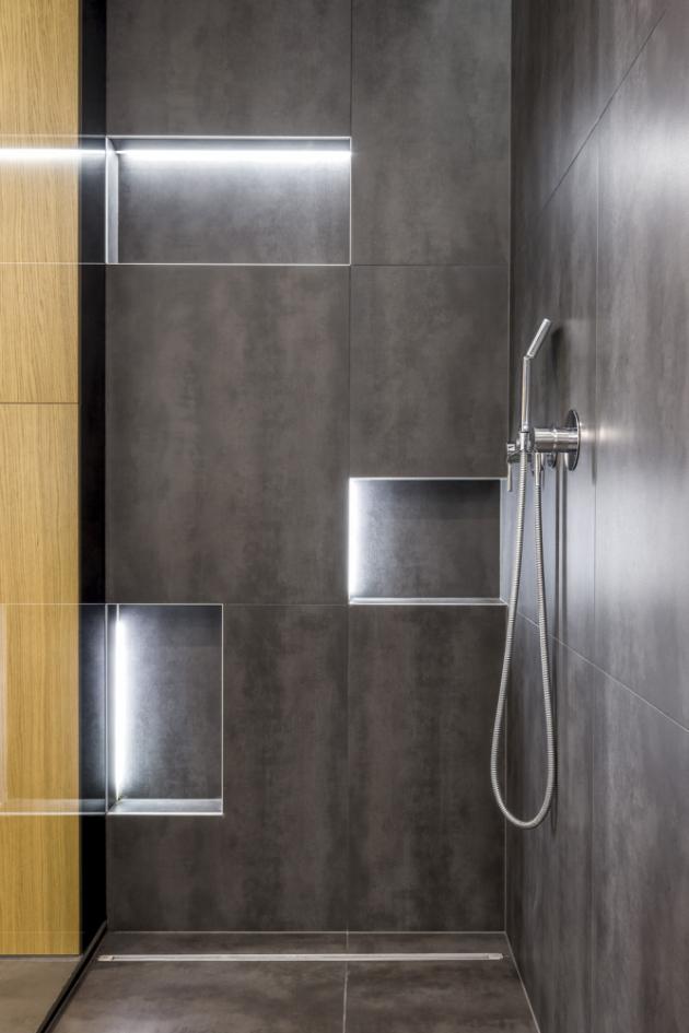Sprchový kout je vybavený ruční sprchou, velkou hlavovou sprchou s několika sprchovacími režimy a odtokovým žlabem Viega. Příjemným a praktickým prvkem jsou niky osvětlené LED pásky