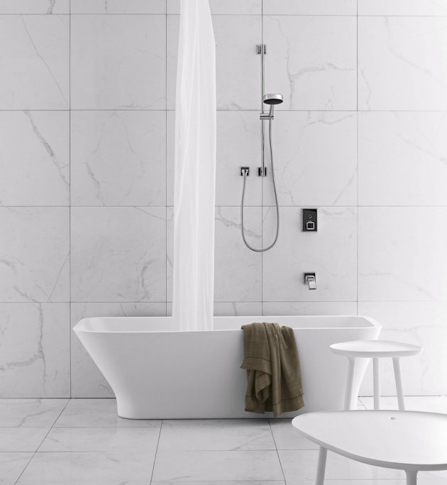 Vana vis-a-vis (Gessi), 175 × 80 cm, materiál matný bílý Cristalplant, návrh Ludovica + Roberto Palombovi, cena 231 812 Kč, WWW.DESIGNBATH.CZ