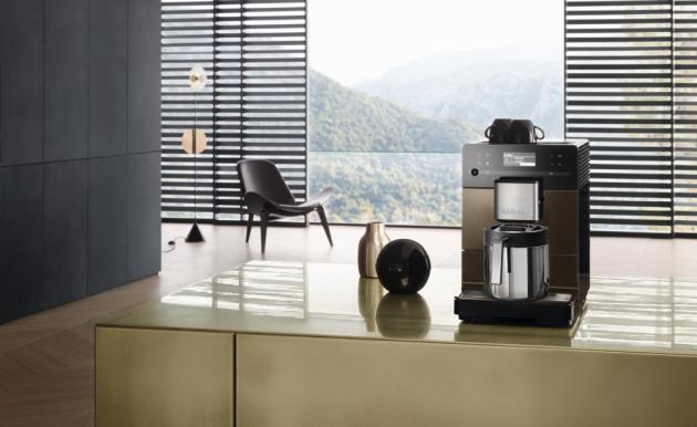 Volně stojící kávovar Miele CM 5710 Silence si vás získá komfortním ovládáním, užitečnými funkcemi i elegantním designem.