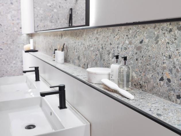 Terazzo vládne koupelnám – v zelenkavých i modrých tónech, stejně tak jako v odstínech šedi.
