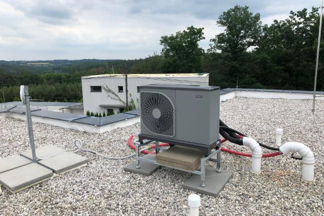 Venkovní jednotka tepelného čerpadla NIBE F2040-6 na střeše rodinného domu vChářovicích