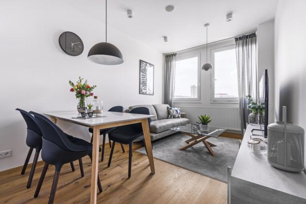 Velká okna vpouštějí do bytu hodně světla, ale dokážou také dokonale minimalizovat hluk zvenčí