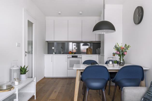 Jídelní stůl odděluje v rámci polyfunkčního prostoru kuchyň od obývacího pokoje