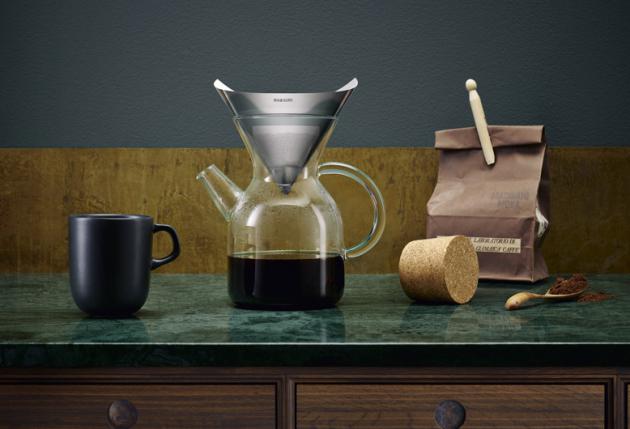 Kávovar Pour-Over (Eva Solo), nádoba z borosilikátového skla, nerezový filtr, cena 1 889 Kč, WWW.CHEFSHOP.CZ