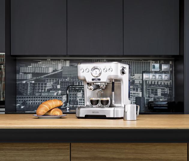 Celokovový pákový kávovar Artista ETA418190000 (ETA) s přetlakovými i standardními miskami, barometrem a profesionální pákou o průměru 58 mm, cena 9 999 Kč, WWW.ETA.CZ