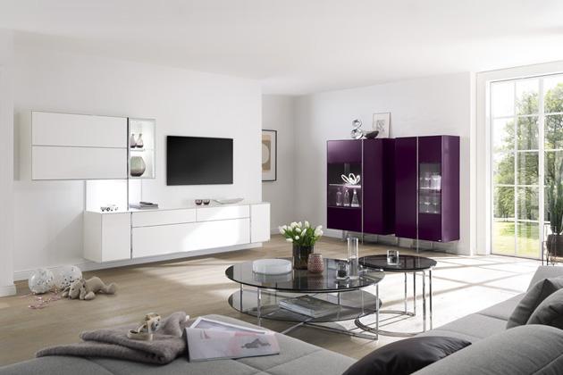 Elegantní model skříněk Fonis se zajímavými detaily nejen pro obývací pokoje. Můžete si vybrat z palety 1 950 matných a lesklých laků NCS vzorníku