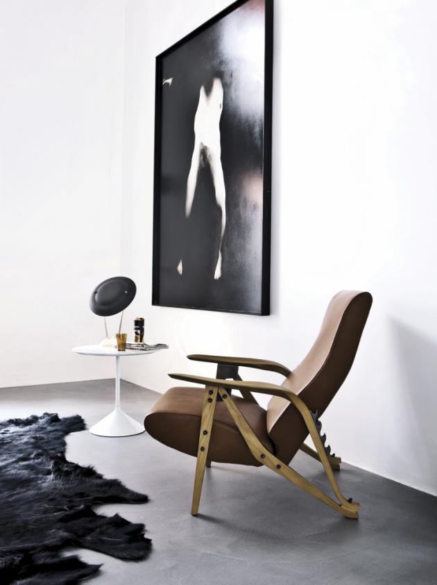 Pohodlné sklápěcí křeslo Gilda (Zanotta) z tvarovaného masivního dřeva jako představitel eklektického stylu, design Carlo Mollino