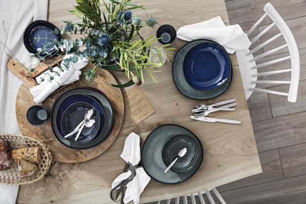 Talíře a misky z kolekce Lave Bleu (Villeroy Boch), kamenina, mělký talíř, O 28 cm, cena 470 Kč, WWW.LUXURYTABLE.CZ, dezertní talíř, O 23 cm, cena 415 Kč, WWW.POTTENPANNEN.CZ