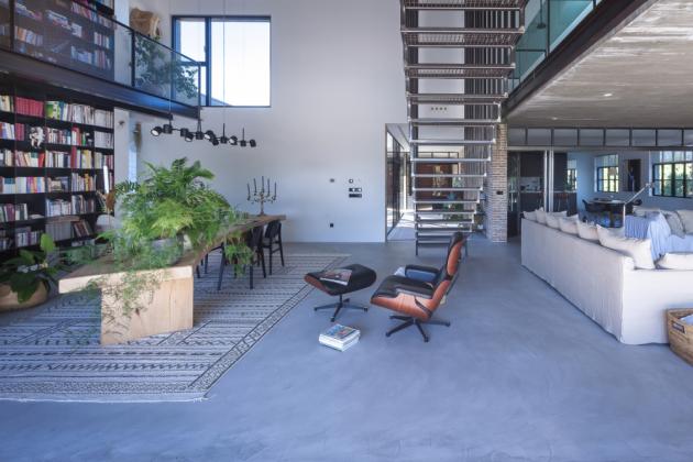 Industriální interiér s knihovnou přes dvě patra