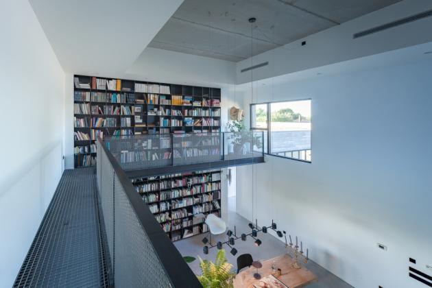 Po obvodu ve dvojnásobné výšce společenské části vede ocelová lávka představující jedinou plochu v prvním patře domu.