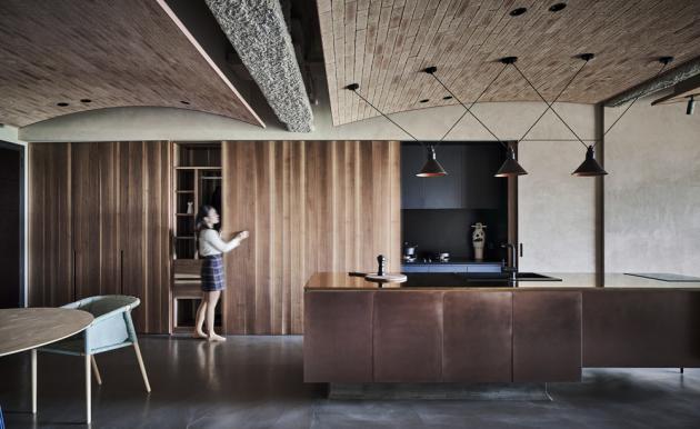 Napříč bytem prostupují původní betonové překlady, díky kterým interiér nezapře industriálního ducha