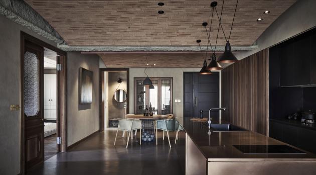 Srdcem bytu je multifunkční obývací místnost, která kromě obývacího pokoje zahrnuje i kuchyň a jídelnu