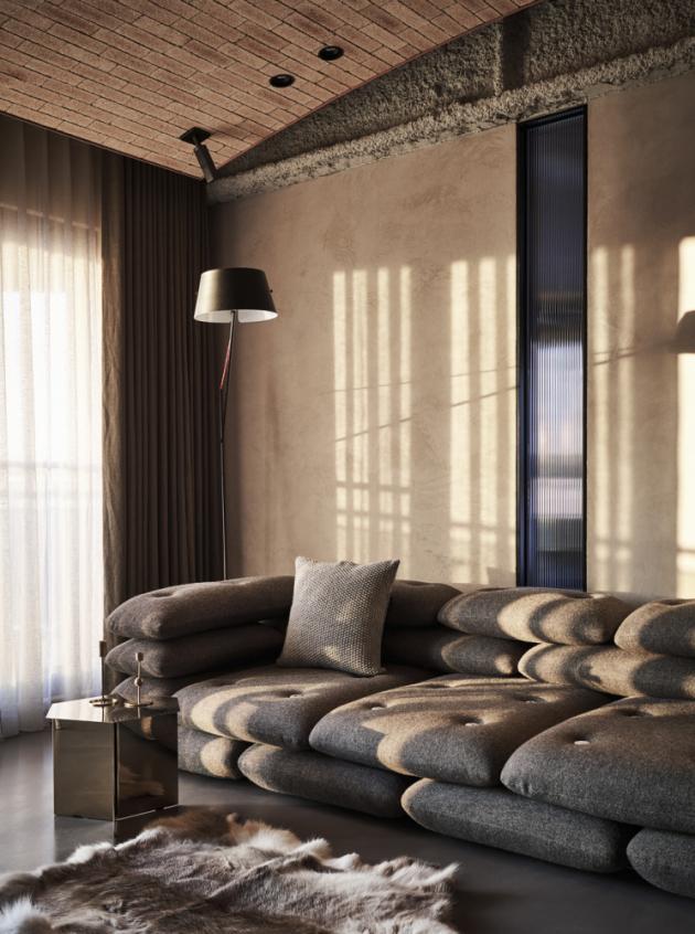 Obývacímu prostoru dominuje rozměrná sedací souprava v přírodních tónech