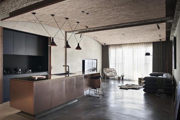 Cihlová klenba na stropě hlavní obytné místnosti ukrývá masivní ocelový nosník a hlavní potrubí