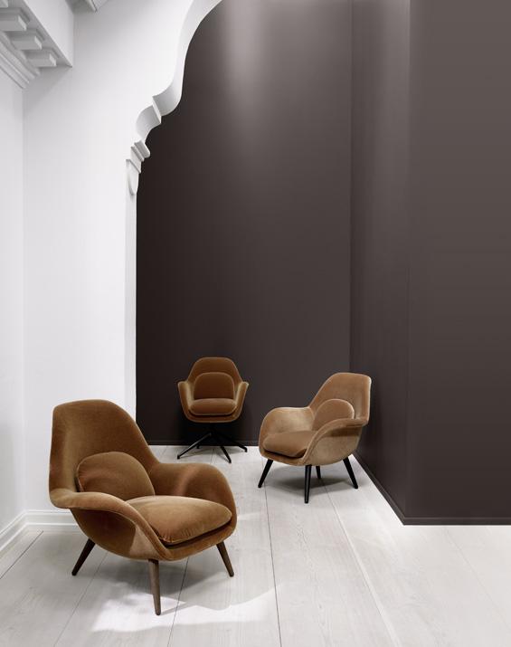 Křeslo Swoon Lounge (Fredericia), dostupné ve více rozměrech a typech čalounění včetně kůže, textilie Kvadrat nebo sametu, podnož ze dřeva nebo kovu, cena od 46 180 Kč, WWW.FREDERICIA.COM