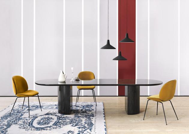Jídelní stůl Moon Elliptical (Gubi), masivní dubové dřevo, černohnědý lak, 260 × 105 cm, výška 73 cm, cena 137 858 Kč, WWW.STOCKIST.CZ