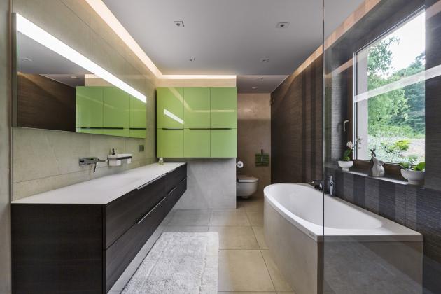 Koupelnový nábytek a zrcadlo jsou od italské značky Ideagroup ze série My time. Deska na skříňce a umyvadlo jsou zhotovené z jednoho kusu skla