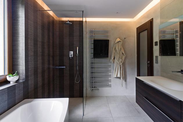Nemoderní vybavení a nevhodně využitá dispozice koupelny přivedla majitele k rozhodnutí interiér kompletně zrekonstruovat. Několik doporučení od přátel je přivedlo do koupelnového studia Glamur.