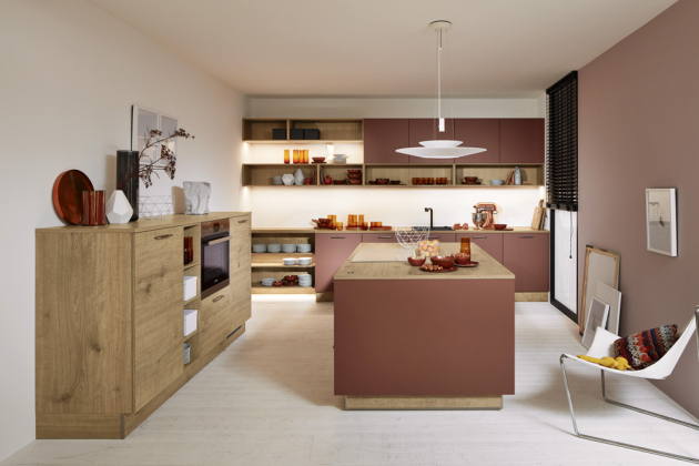 Kuchyňský koncept Manhattan (Nolte Küchen), kombinace melaminu, odstín Dub Chalet a matného laku, odstín henna, součástí nastavitelná výška ostrůvku, cena na dotaz, WWW.NOLTE-KUECHEN. DE
