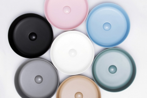 Umyvadlo na desku Infinitio (Swiss Aqua Technologies), umyvadlová mísa bez přepadu, tenkostěnná keramika, matný povrch, v několika barevných odstínech, průměr 39 cm, výška 12 cm, cena 5 490 Kč