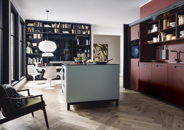 Kuchyň NX 510 / NX 505 (Next 125) s čelními plochami ve výrazné indické červené a ostrůvkem v zastřené modré, cena na dotaz, WWW.SCHUELLER. DE
