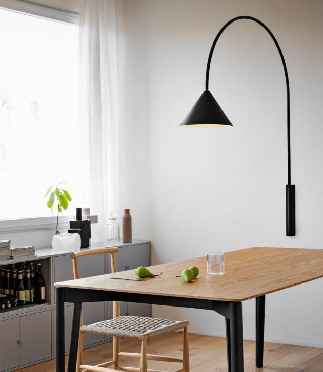 Do oblíbené kolekce svítidel Ozz (Miniforms) přibyla subtilní nástěnná varianta vnášející do prostoru jednoduchost a eleganci.