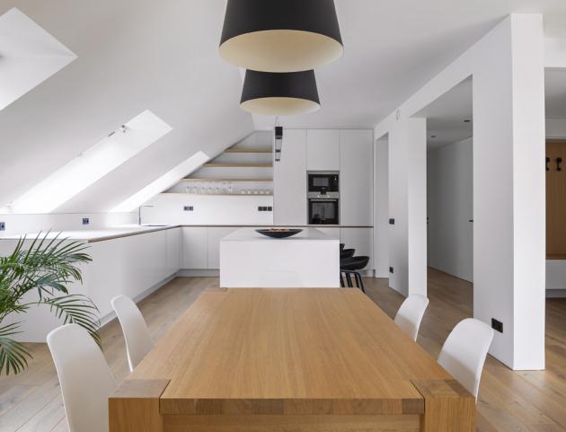 Barevnost celého interiéru se odvíjí ve světlých barvách s akcentem černé