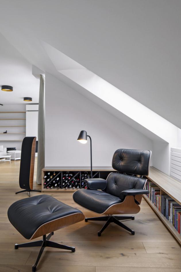 Příjemnou i stylovou relaxaci nabízí ikonické křeslo Lounge Chair and Ottoman (Vitra) designérské dvojice Charlese a Ray Eamesových