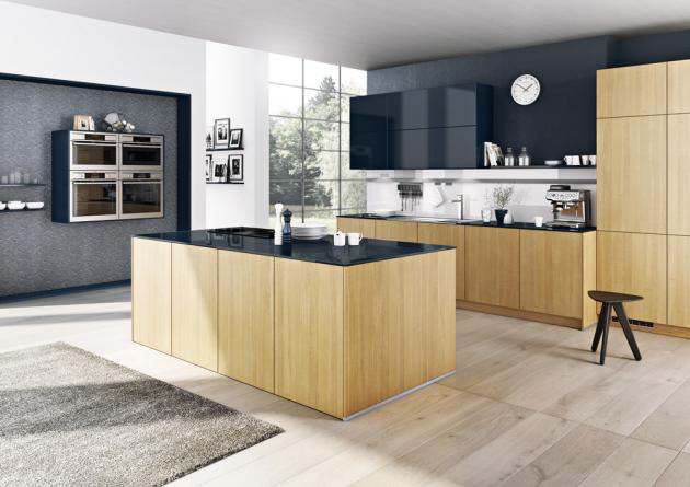 Kuchyňská sestava (Bauformat) kombinovaná z modelů Como s povrchem z přírodní dýhy v odstínu Luminoso a Giorna S s tmavě šedým lakovaným povrchem, WWW.ORESI.CZ