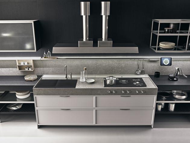 V kuchyňských sestavách K-LAB (Ernestomeda) se kombinují různé povrchy, jako je například kartáčovaná ocel, hladké nebo drásané dubové dřevo, umělý kámen a lakované sklo, WWW.CSKARLIN.CZ