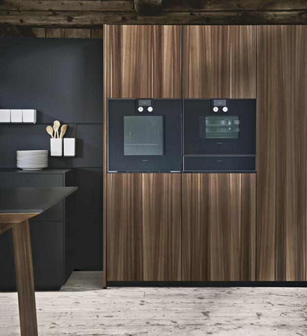 Kuchyň sestavená z modelů NX650 a NX870 (next125) kombinuje dubovou dýhu s výraznou kresbou a materiál Fenix, jehož matný povrch je zušlechtěný nanotechnologií, WWW.NEXT125. COM