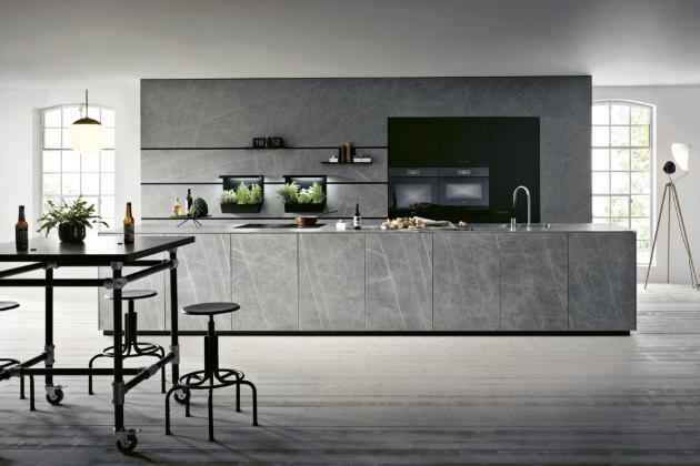 Kuchyň kombinovaná z prvků sestav NX950 a NX912 (next125), povrch skříněk tvoří tenké keramické desky s dekorem přírodního kamene, část je opatřena černým sklem, WWW.NEXT125. COM