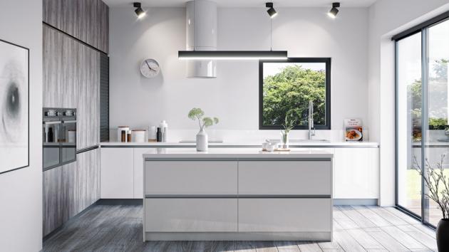 Kuchyň sestavená z modelů Magiq a Tree Talk, kombinace dekoru dřeva s bílou barvou, čela jsou osazena designovými integrovanými proly Linea Retta