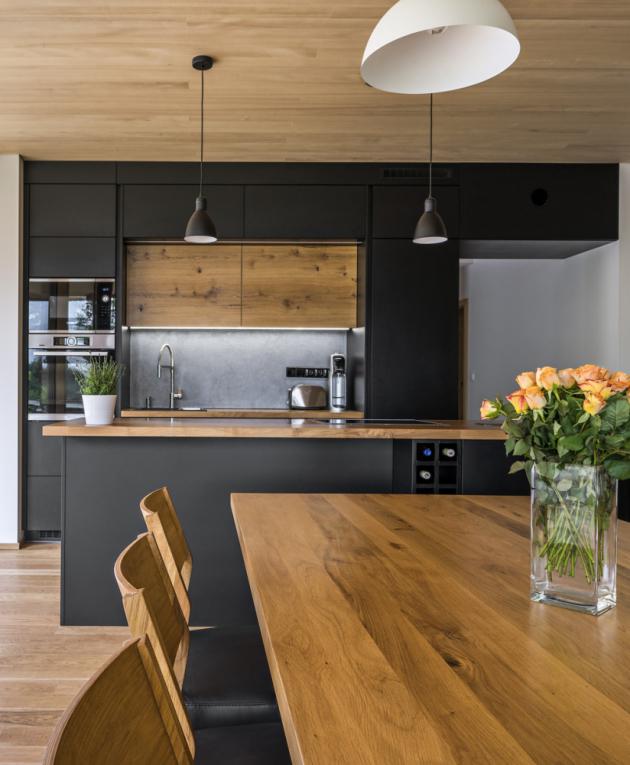Výběru kuchyňských spotřebičů se ujal majitel, který rád vaří a potrpí si na kvalitu. Zvolil značku Bosch a kromě běžných spotřebičů pořídil také parní troubu