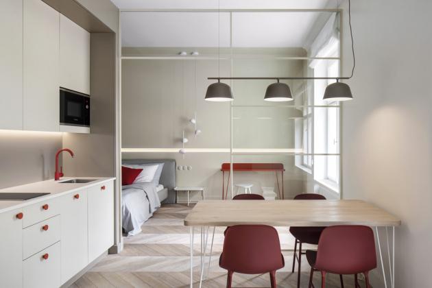 Nad nočním stolkem 1+1 (Pianca) visí lampa Talk Pendant (Grok), odkládací stolky ze stejné kolekce jsou i v obývací části bytu