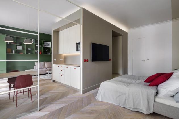 Z postele Norfolk s čalouněným čelem (Furninova) lze pohodlně sledovat televizi, stejně jako z pohovky BonBon (Feydom) na protější straně